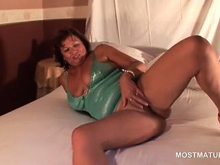 Pussy masturbation video with sexy mature lady on heels